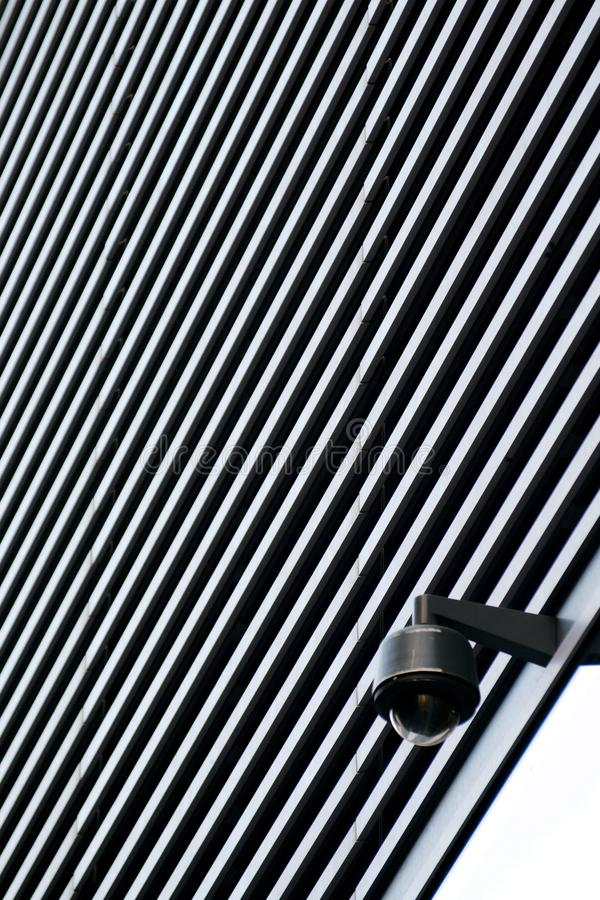 De camera van veiligheidskabeltelevisie op een bureaugebouw stock afbeeldingen