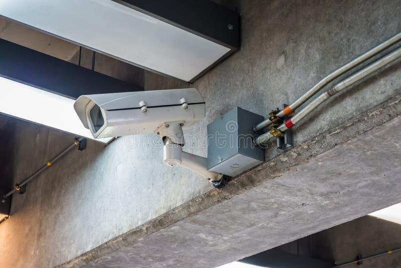 De camera van veiligheidskabeltelevisie op de kegel van het moderne gebouw stock fotografie