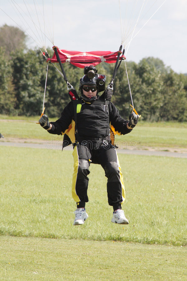 De cameraman die van Skydive in land komt royalty-vrije stock foto's