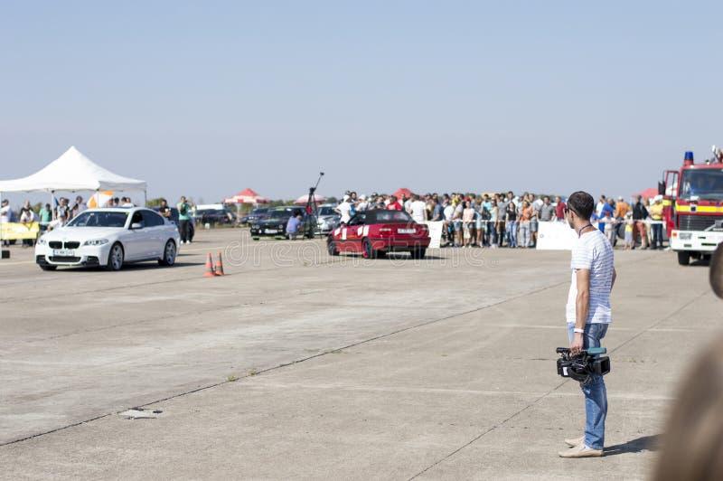 De cameraman wacht op het begin van rassen van auto's op Resing stock afbeelding