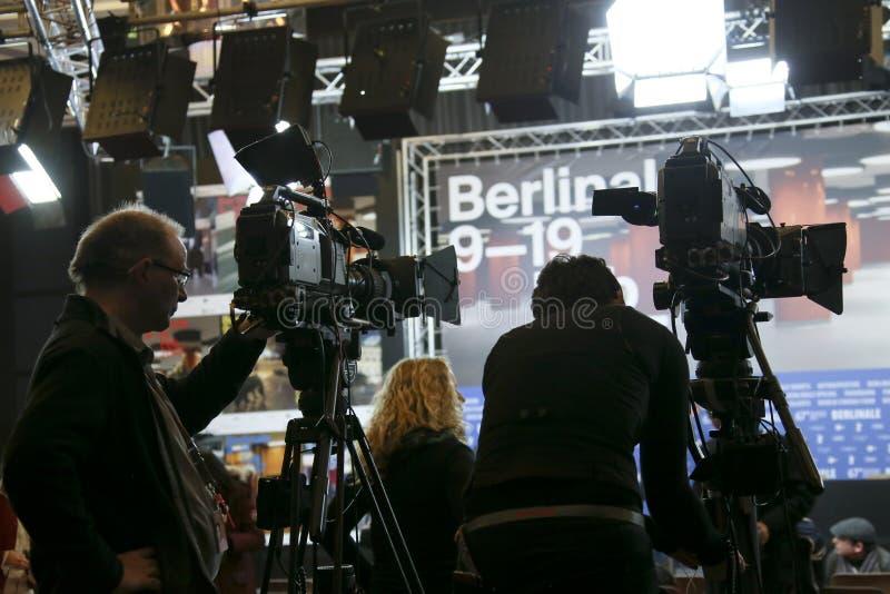 De cameraman woont de persconferentie van toekenningswinnaars bij stock foto