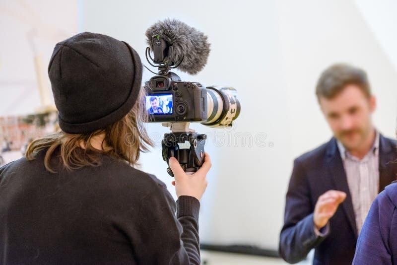 De cameramens schiet een gesprek stock foto's