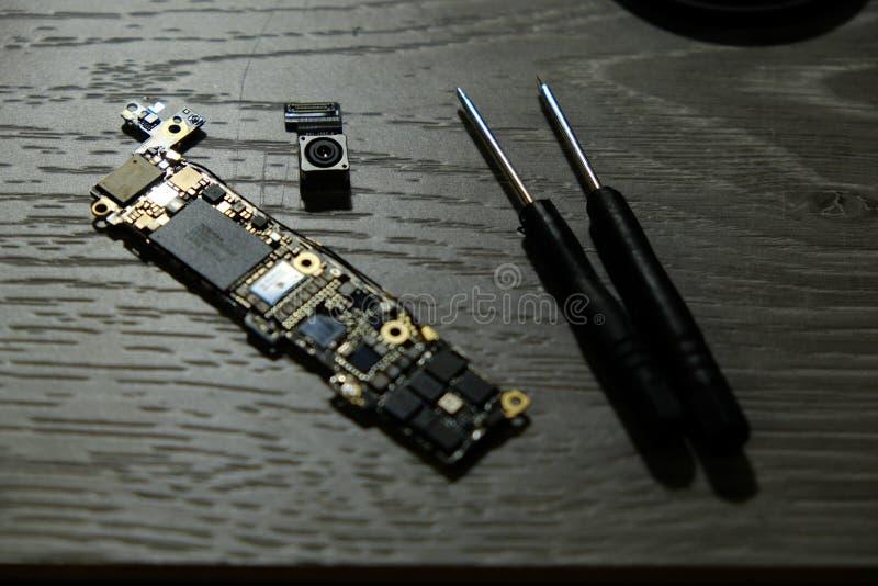 De cameramodule van de celtelefoon met andere delen van apparaat, de dienst en reparatieconcept royalty-vrije stock foto