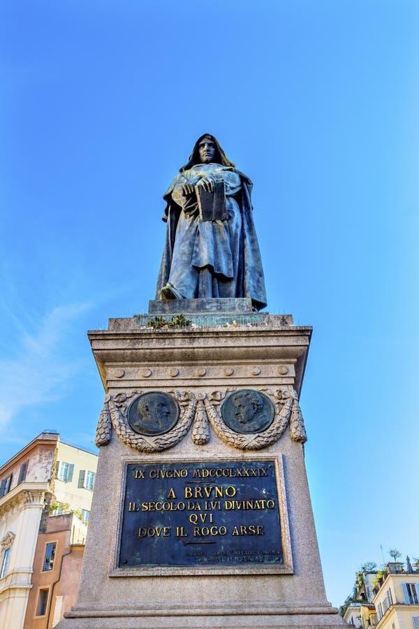 De& x27 Campo статуи Giiordano Bruno; Fiori Рим Италия стоковое изображение