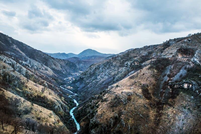 De canion van Tara rivier (de Tarra van Kanjon rijeke) in Montenegro stock foto's
