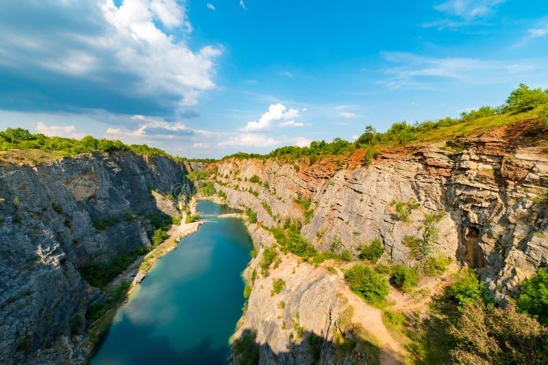 De canion van Velkaamerika, verlaten kalksteensteengroeve, het Boheemse Gebied van Centran, Tsjechische republiek royalty-vrije stock afbeeldingen