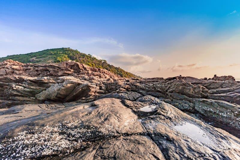 De canionlandschap van de rotsberg in ochtendzonsopgang stock foto's