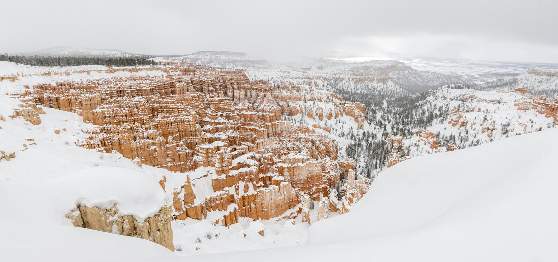 De canionpanorama van Bryce met sneeuw in de Winter met rode rotsen en blauwe hemel stock foto
