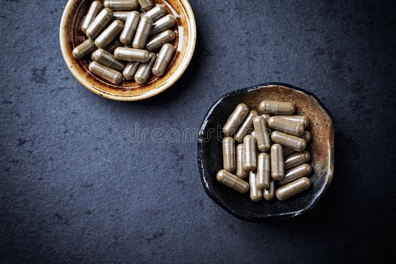De capsules van Gotukola centella asiatica Concept voor een gezonde dieetaanvulling stock foto