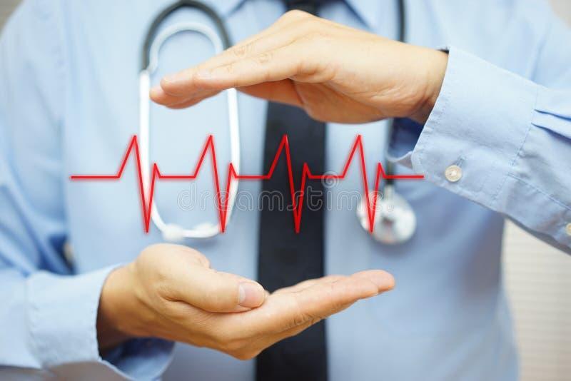 De cardioloog beschermt met het beetjelijn van het handhart stock foto