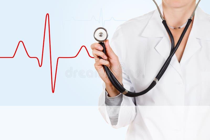 De cardioloog luistert aan harttarief met een stethoscoop stock afbeelding