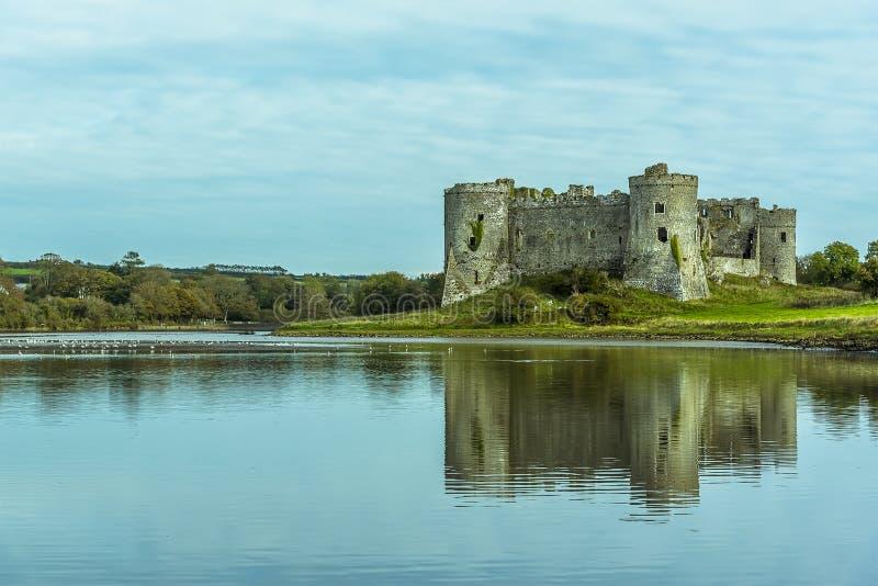 De Carew-Rivier, Pembrokeshire en het Normandische kasteel stock afbeelding