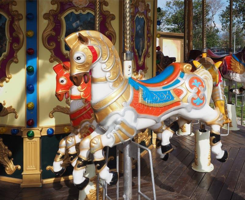 De carrouselpaarden op Vrolijk gaan rond royalty-vrije stock foto's