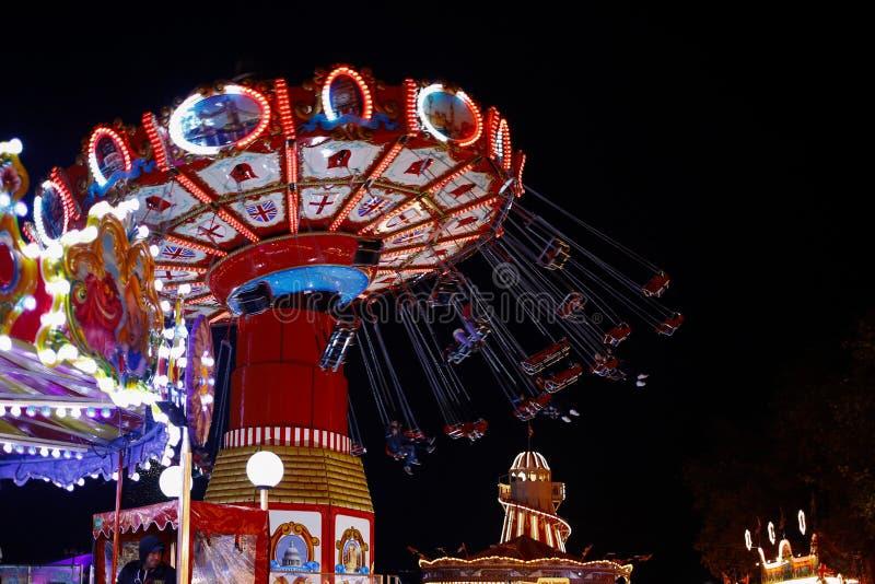 De carrouselrit bij nacht in de Wintersprookjesland als thema had pretpark in Londen, Engeland stock foto
