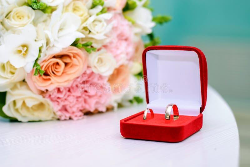 An?is de casamento em uma caixa vermelha fotos de stock