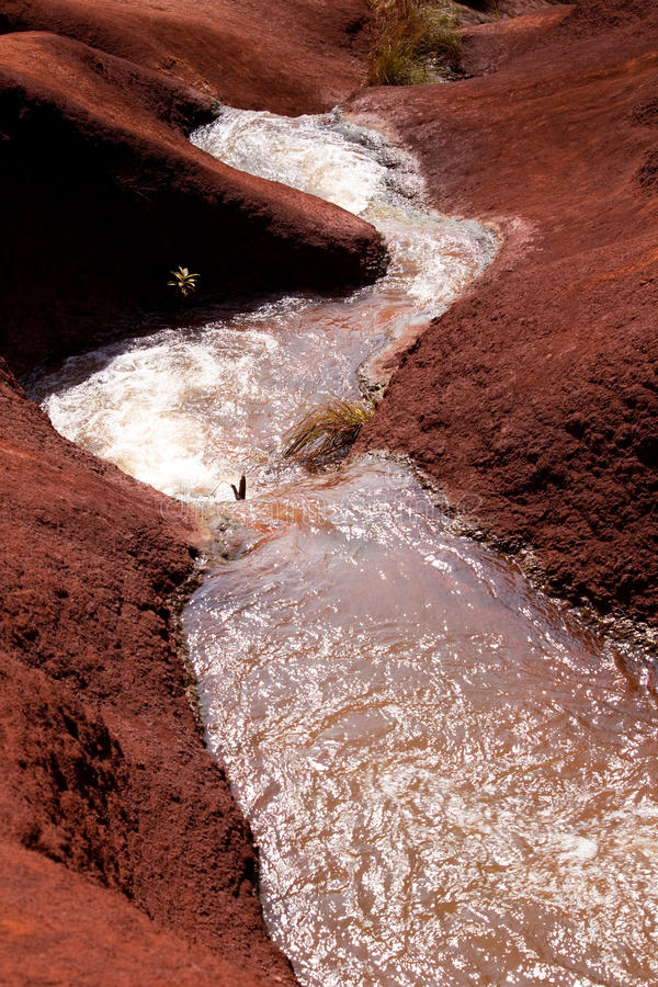 De cascades van het water in Canion Waimea stock fotografie