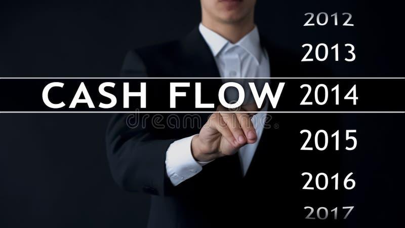 De cash flow voor 2014, zakenman selecteert financieel verslag op het virtuele scherm stock foto