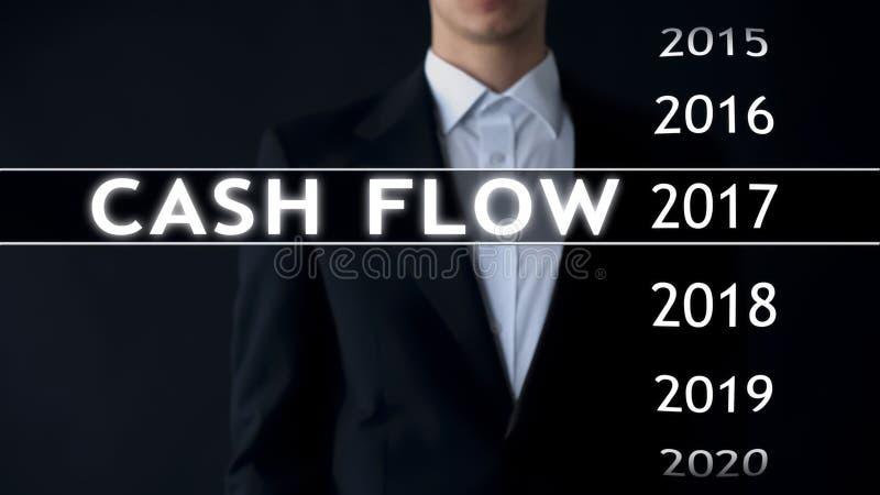 De cash flow voor 2017, zakenman selecteert financieel verslag op het virtuele scherm royalty-vrije stock afbeelding