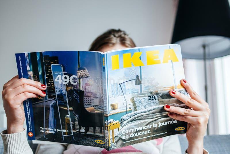 De catalogus van lezingsikea stock foto