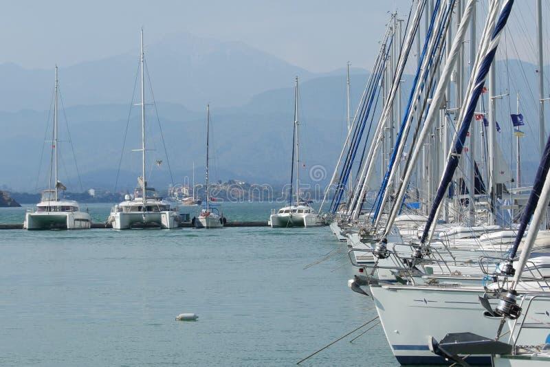 De catamaranjachten dokten bij de pijler in Fethiye-Jachthaven, Mugla, Turkije stock afbeeldingen