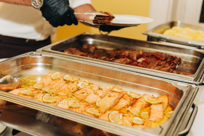 De catering van het hoofdgerechtvoedsel op huwelijk of feestelijke partij royalty-vrije stock foto's