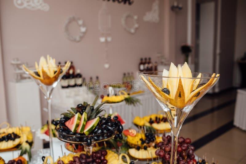 De catering van het luxehuwelijk Heerlijke suikergoedbar bij huwelijksrecepti royalty-vrije stock foto's