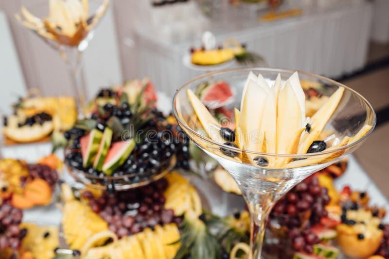 De catering van het luxehuwelijk Heerlijke suikergoedbar bij huwelijksrecepti stock afbeelding