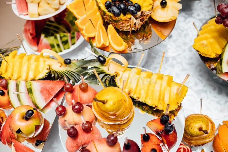 De catering van het luxehuwelijk Heerlijke suikergoedbar bij huwelijksrecepti stock afbeeldingen