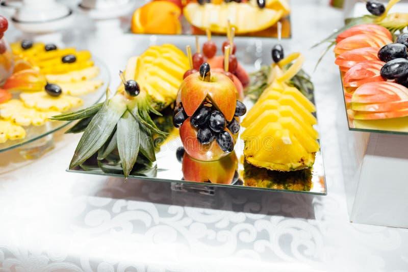 De catering van het luxehuwelijk Heerlijke suikergoedbar bij huwelijksrecepti royalty-vrije stock foto