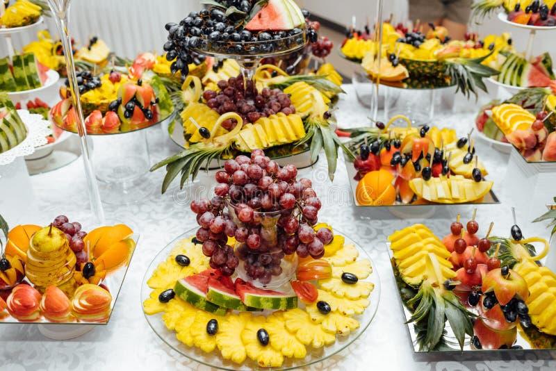De catering van het luxehuwelijk Heerlijke suikergoedbar bij huwelijksrecepti royalty-vrije stock afbeeldingen