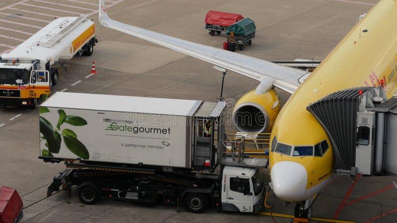 De cateringsvrachtwagen laadt de maaltijd van de vliegtuigvlucht stock foto