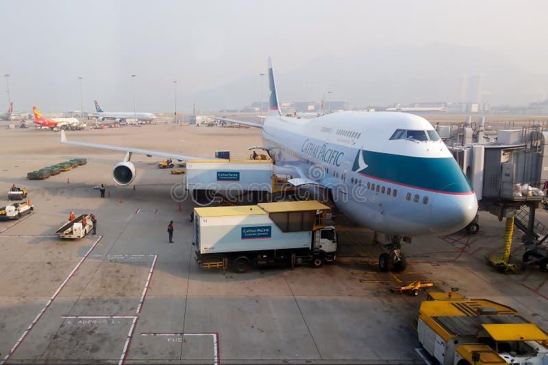 747 de Cathay Pacific Airways est prête à embarquer à HKG photographie stock libre de droits