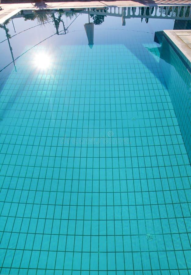 De caustisch middelenrimpeling en stroom van de zwembadbodem met golvenachtergrond Oppervlakte van blauw zwembad, achtergrond van stock afbeelding