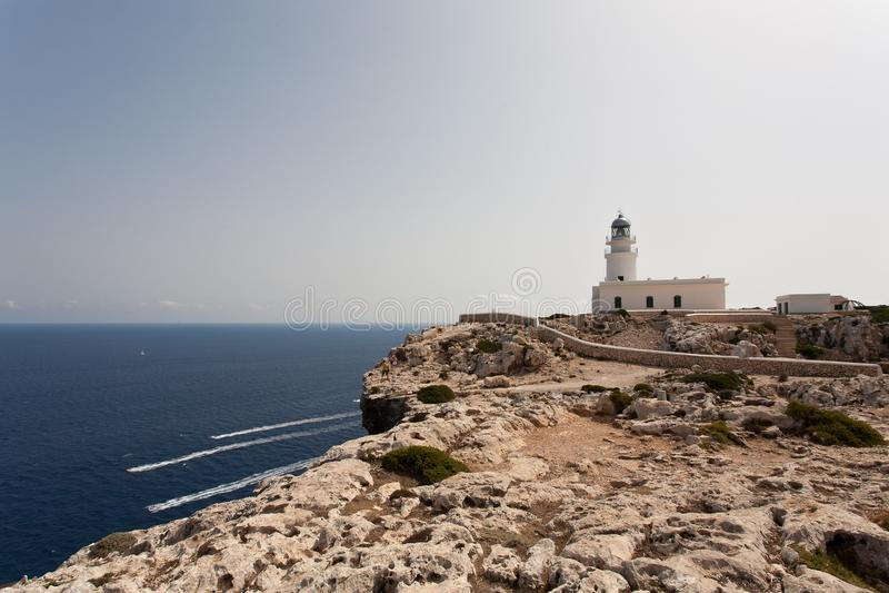 De Cavalleria lointain - phare de Cavalleria au-dessus des falaises - îles Espagne de Cap de Cavalleria Minorca Baleari image stock