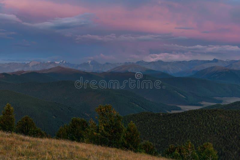 De ceders van de de wolkenhemel van de bergenzonsondergang stock foto