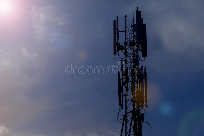 De cellulaire hoge toren 3G 4G 5G van de telecommunicatiepool, met blauwe hemelachtergrond royalty-vrije stock afbeelding