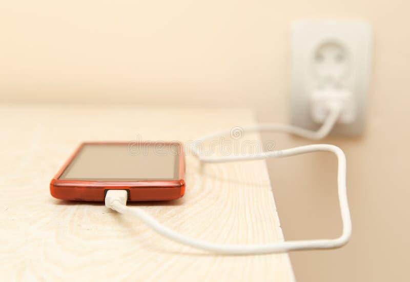 De celtelefoon wordt geladen van de elektroafzet royalty-vrije stock afbeelding