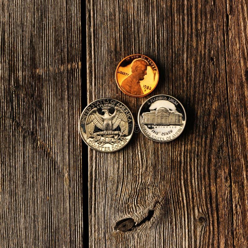 De centmuntstukken van de V.S. over houten achtergrond royalty-vrije stock afbeeldingen