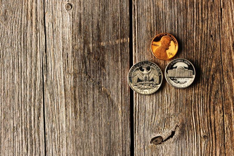De centmuntstukken van de V.S. over houten achtergrond royalty-vrije stock afbeelding