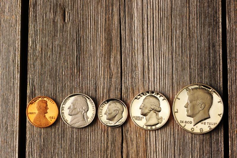 De centmuntstukken van de V.S. over houten achtergrond stock foto's