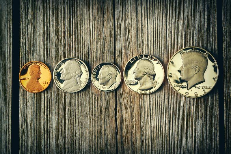 De centmuntstukken van de V.S. over houten achtergrond stock afbeelding
