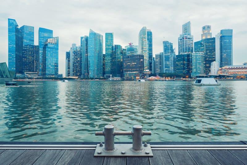 De centrale horizon van Singapore bij schemer stock afbeelding
