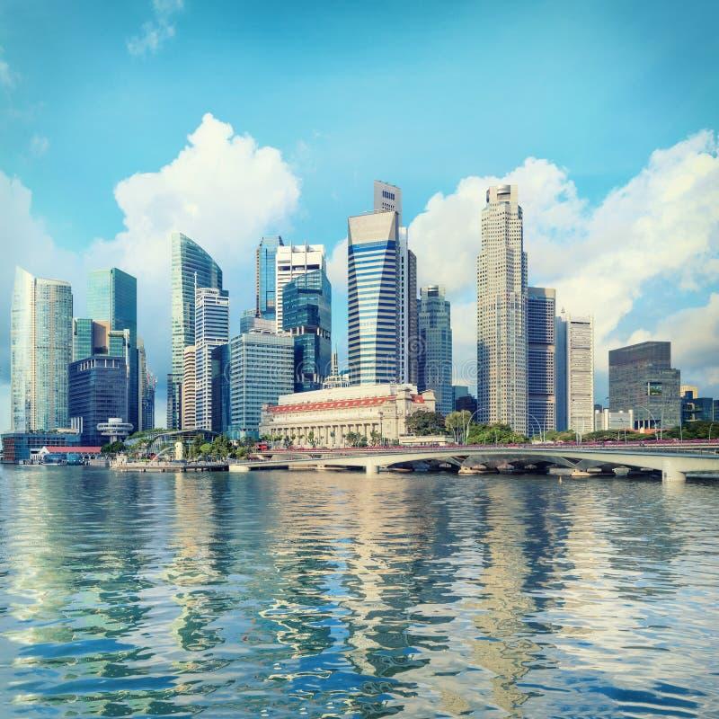 De centrale horizon van Singapore De financiële torens en brug van de Promenadeaandrijving royalty-vrije stock fotografie