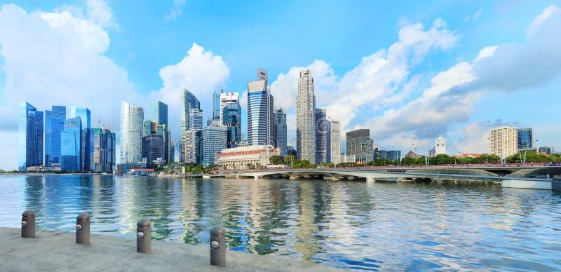 De centrale horizon van Singapore De financiële torens en brug van de Promenadeaandrijving stock foto's