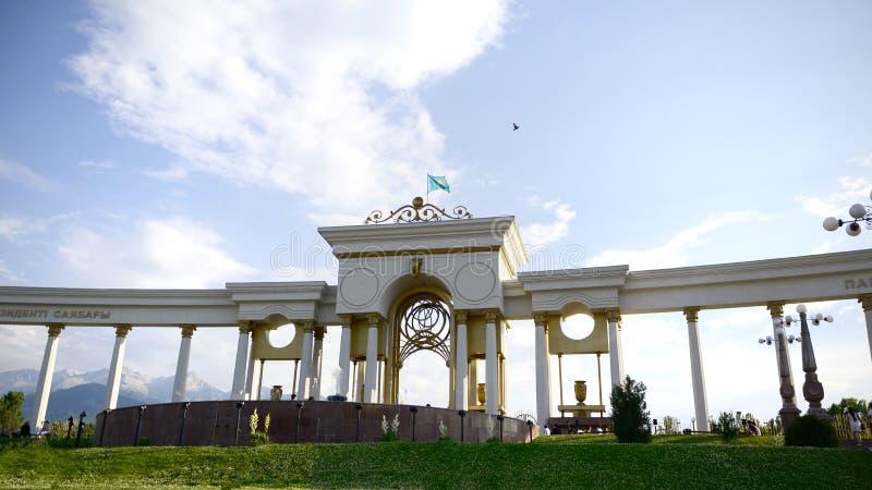 De centrale ingang met kolommen in het Onafhankelijkheidspark van eerste President van Kazachstan stock foto's