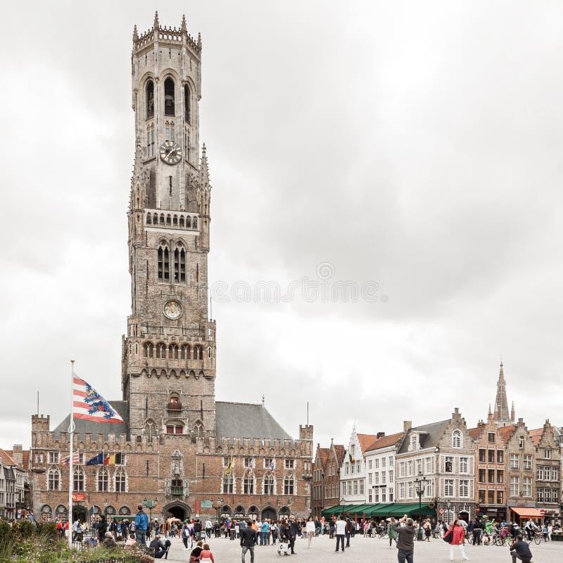 De centrale marktvierkant en toren van Belfort in Brugge België stock afbeelding