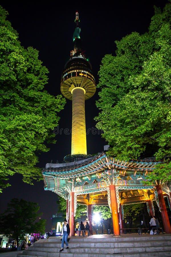 De centrale nacht van torenseoel in de romantische atmosfeer stock foto