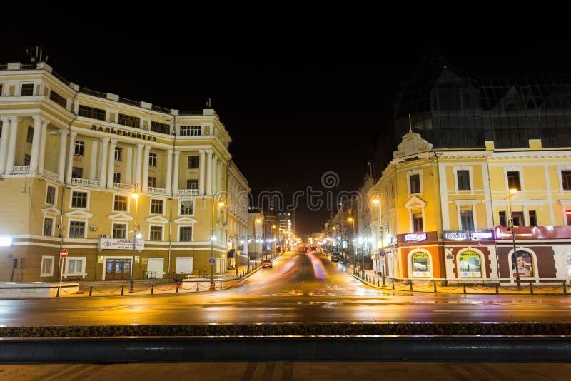 De centrale straat van Vladivostok - Svetlanskaya bij nacht royalty-vrije stock foto's