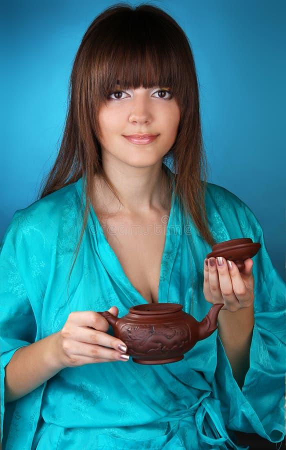 De ceremonie van de thee met mooie jonge vrouw stock foto