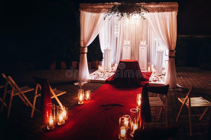 De ceremonie van de huwelijksavond, trefpuntdoorgang met kaarsen in glas lant stock afbeelding